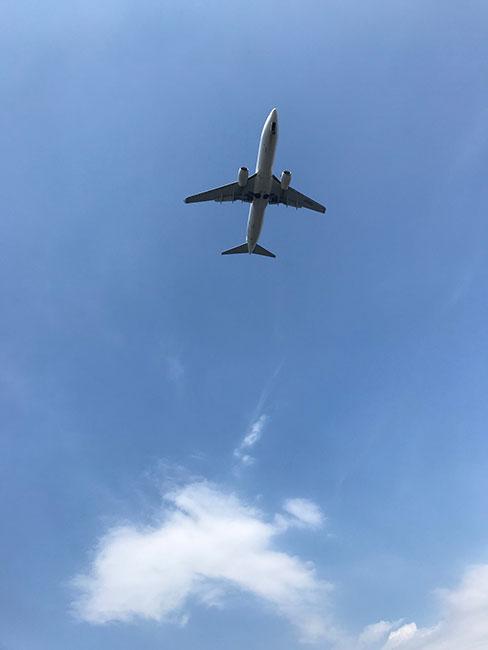頭の真上を飛ぶ飛行機